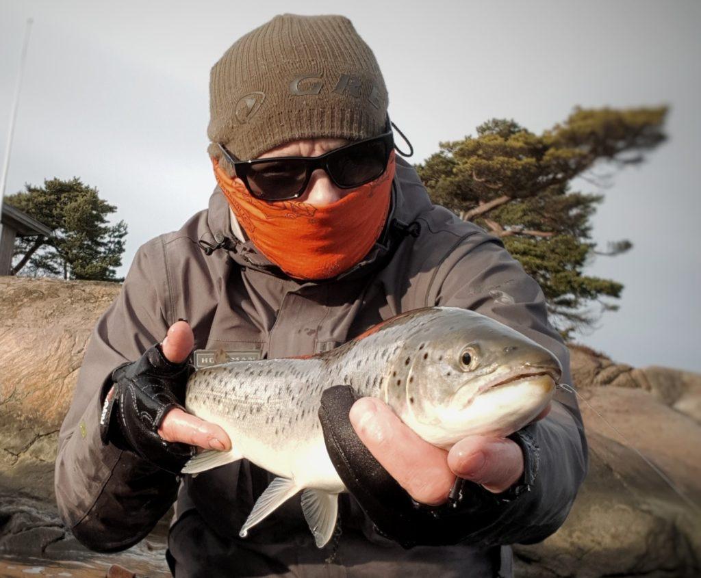 Fiske sjøørret med sluk er morsomt og givende. Denne sjøørreten er fanget på Hvaler.