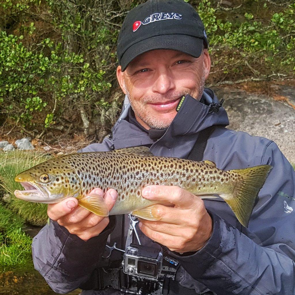 Sjøørret om høsten. Dette er en hann fisk med flotte farger!
