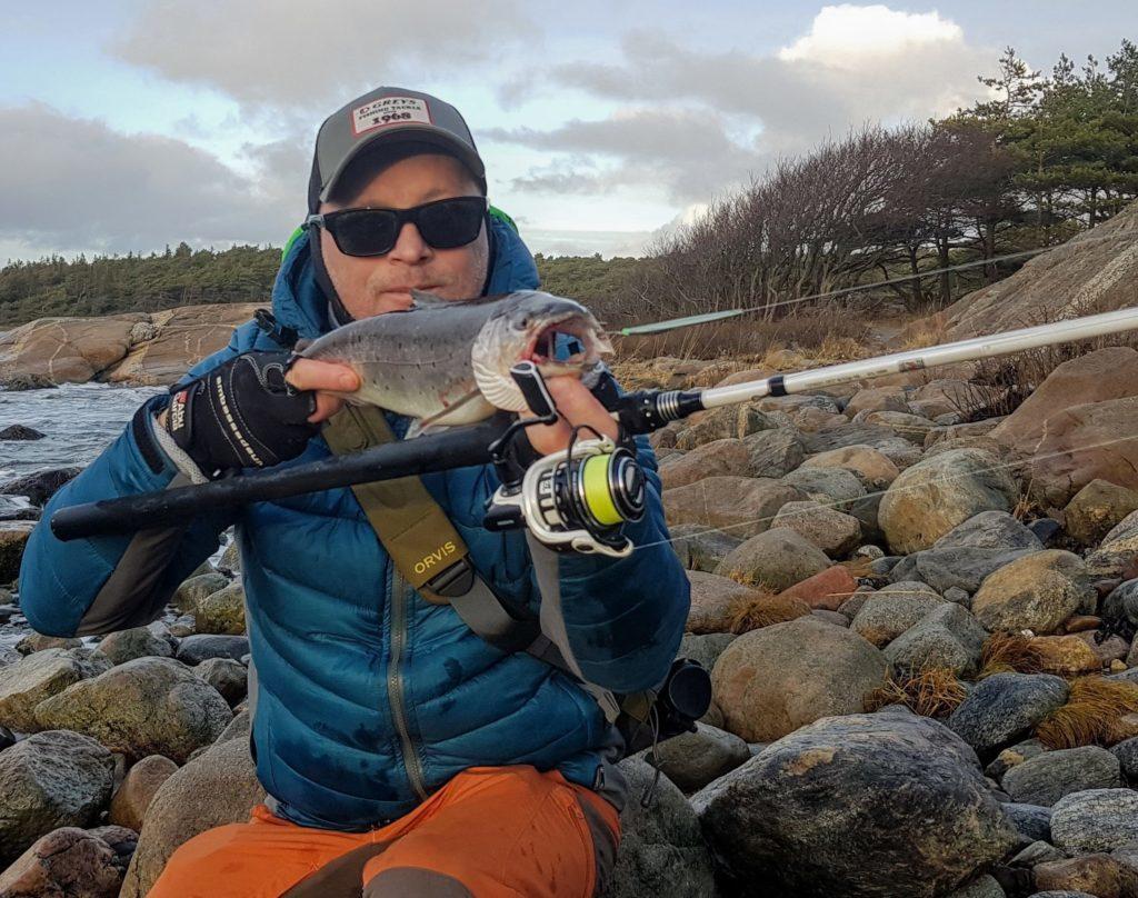 Bjørn Tore Kjølholt fisker sjøørret om vinteren. Her er flott sjøørret jeg fikk romjulen.