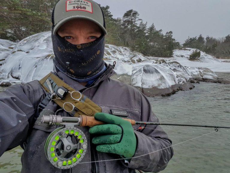 Rosareke fisker sjøørret på vinteren.