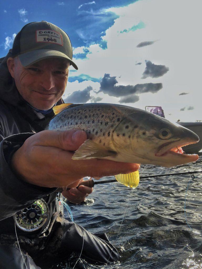 Her er jeg ute på Hvaler for å fiske sjøørret med flue. Rosareke mannen Bjørn Tore Kjølholt.