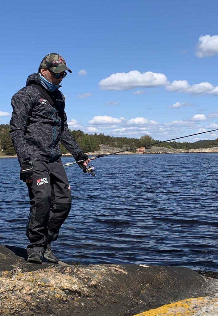 Bjørn Tore Kjølholt fisker sjøørret på Hvaler. Rosareke presenterer fiskeutstyr til sjøørret.