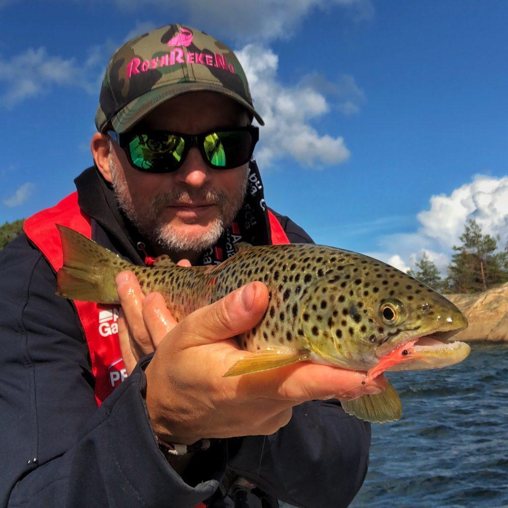 Bjørn Tore Kjølholt fisker sjøørret på høsten. Denne sjøørreten fanget jeg på Hvaler.