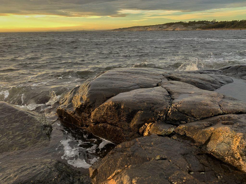 Odder er en god fiskeplass etter sjøørret. Dette bildet er fra Storesand Hvaler.