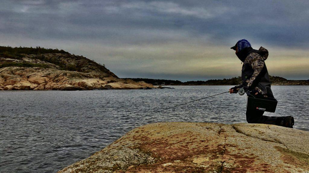 Bjørn Tore Kjølholt fisker sjøørret på Hvaler